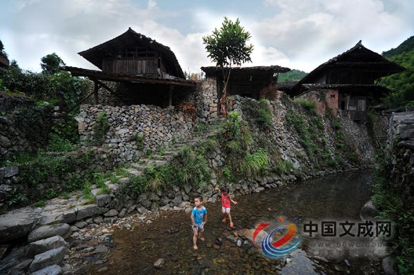 乔木生风 水绕山回下的古村落