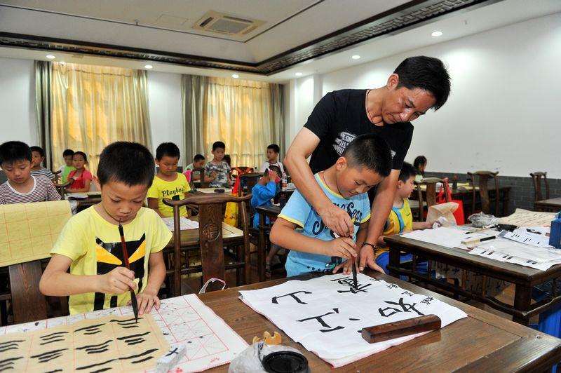 留守儿童暑期公益书法班在浙江书法村公阳村举行
