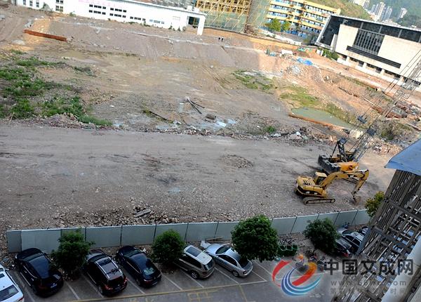体育中心操场地下车库工程为何又停工?