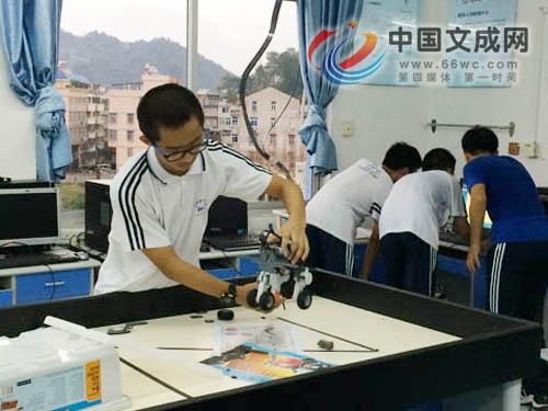 """玩创意拼技能 一场""""青春版""""机器人创意大赛"""