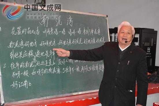 包学冠:82岁依旧离不开讲台 放不下教师职业