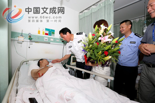 """文成籍""""硬汉""""协警王汉华:当警察是我毕生的梦想 因公负伤不后悔"""