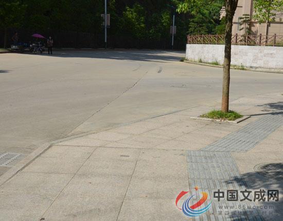 在人行道上走着走着,路没了,咋回事?