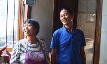平凡夫妻同心行孝道 几十年如一日照顾家中老人