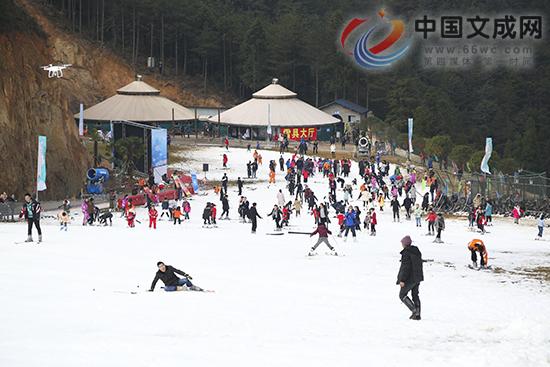 全省首届冰雪嘉年华在绿水尖滑雪场盛