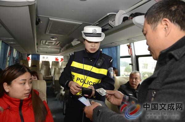 交警上路执法确保春运交通安全