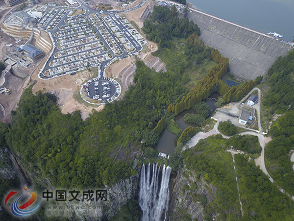 8000多人观瀑 刘伯温故里景区国庆首日迎客流小高峰