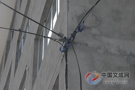 """电缆私自""""穿墙""""把民房当""""电线杆"""" 村民心慌慌"""