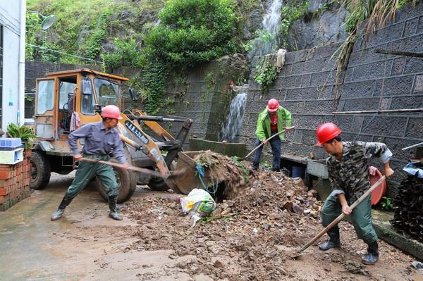 平和乡党员先锋队清理泥石流