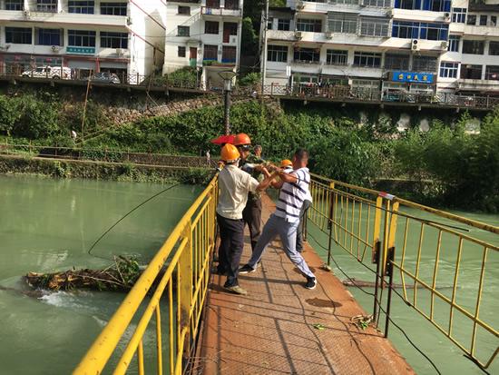 �N口村党员干部自发组织清理修复�N口便桥