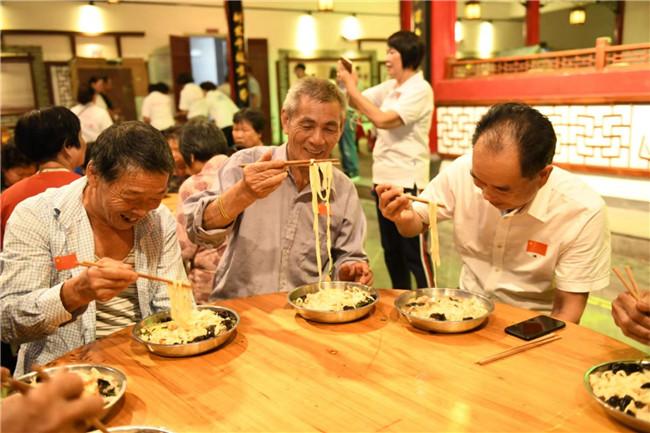 吃寿面晒幸福 18位70岁老人与新中国同庆生