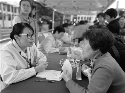 附一医建院百周年百场义诊启动 30多位专家接诊