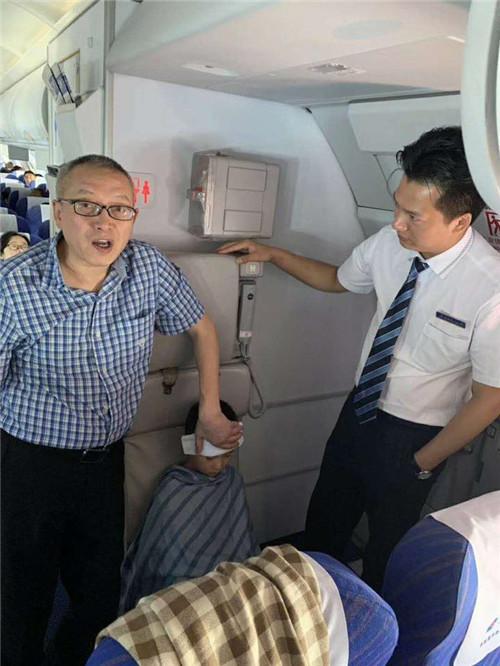 紧急!飞机上5岁男孩突发高烧 温州医生妙手施救