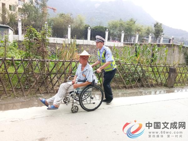 """""""轮椅老人""""车流中倒行 民警护送其回家"""