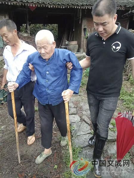 双桂乡干部徒步一公里 背老人转移到避灾点