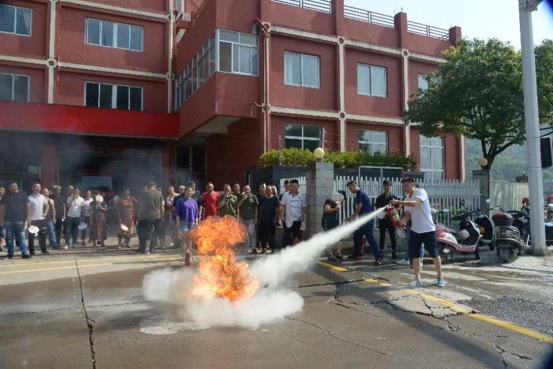 组织城区企业和沿街店铺负责人开展消防演练