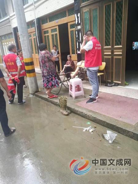 双桂乡驻村干部下村宣传、排查、转移群众