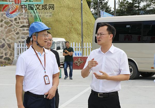 县委书记刘中华走访慰问高温一线作业人员
