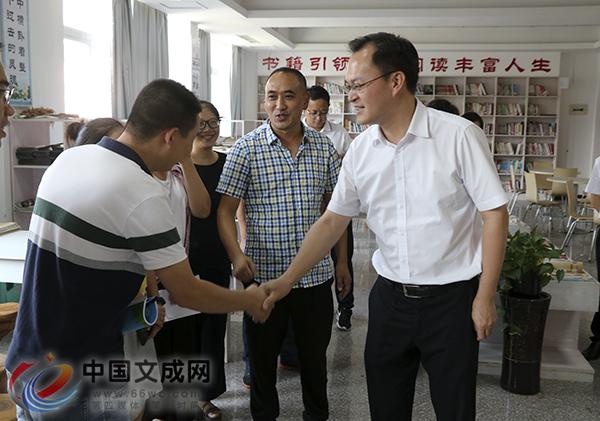 县领导开展教师节走访慰问活动