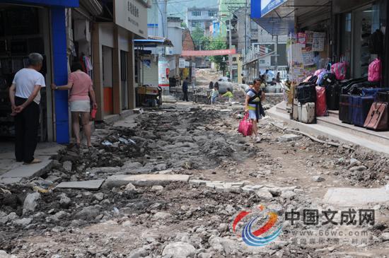 """道路被挖""""千沟万壑"""" 玉壶村民遭遇出行难"""
