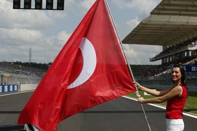 f1土耳其大奖赛举牌女郎 擎起巨大的星月旗