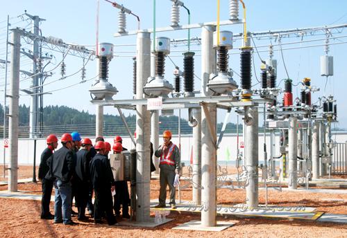 必须把电压升高,变为高压电,到用户附近再按需要把电压降低,这种升降